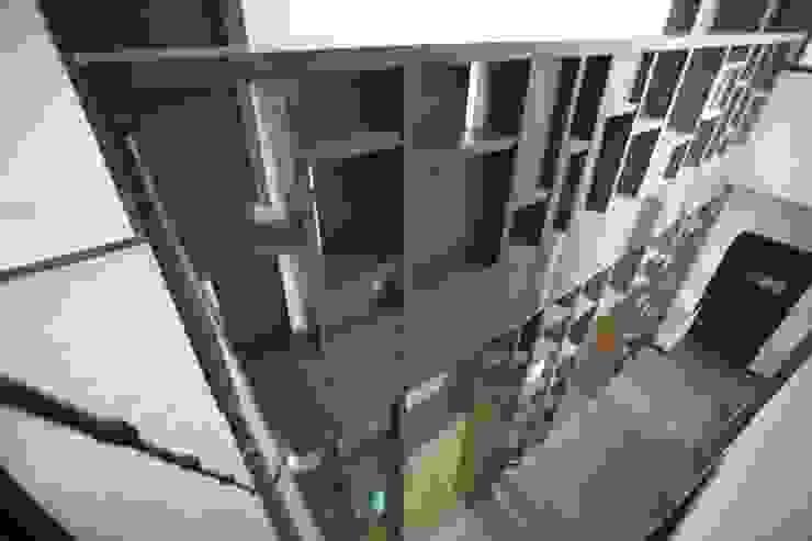 Celosia doble altura Pasillos, vestíbulos y escaleras modernos de WRKSHP arquitectura/urbanismo Moderno Madera Acabado en madera
