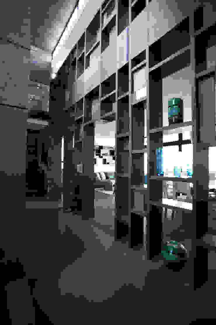 Mueble Celosía acceso Pasillos, vestíbulos y escaleras modernos de WRKSHP arquitectura/urbanismo Moderno Madera Acabado en madera