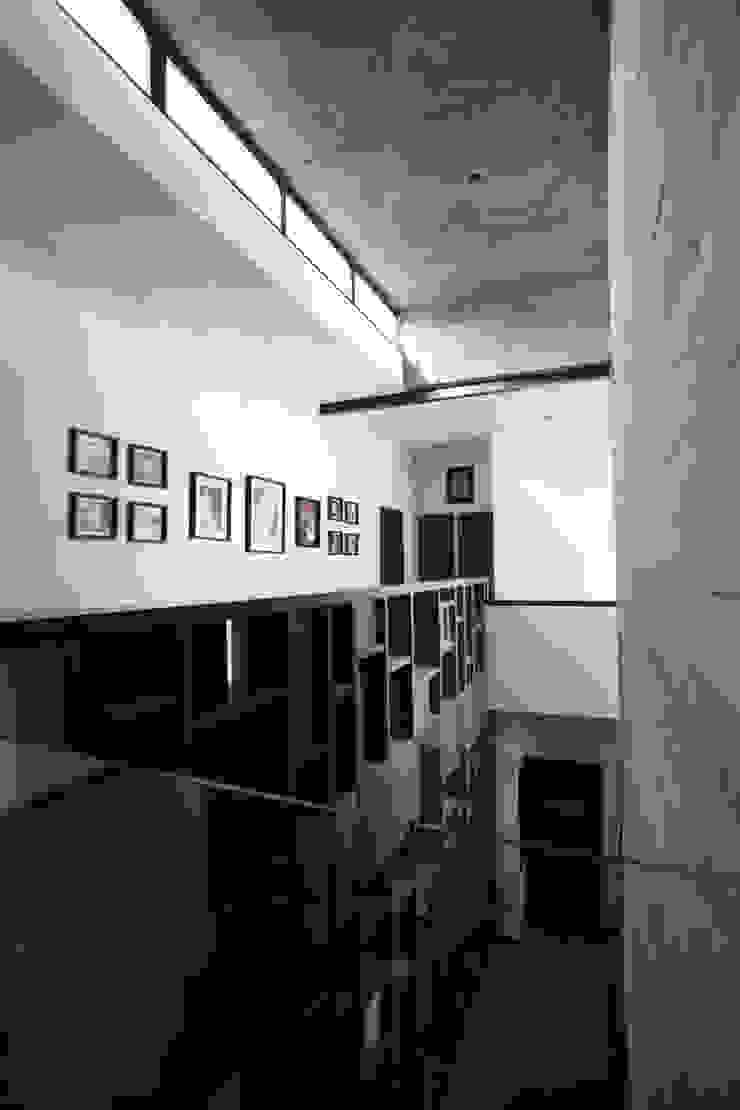 Puente hacia doble altura Pasillos, vestíbulos y escaleras modernos de WRKSHP arquitectura/urbanismo Moderno Piedra