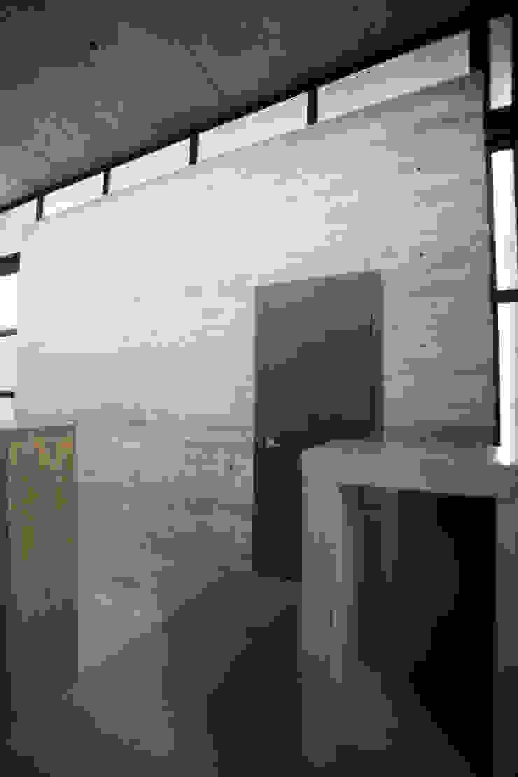Cubo de concreto con acceso hacia home theater / puente doble altura Pasillos, vestíbulos y escaleras modernos de WRKSHP arquitectura/urbanismo Moderno Arenisca