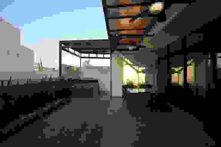 Terraza posterior Balcones y terrazas modernos de WRKSHP arquitectura/urbanismo Moderno Piedra