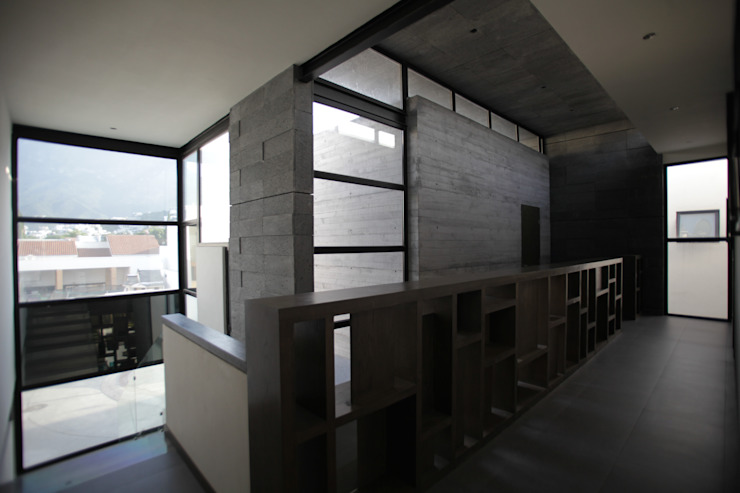 Hall doble altura planta alta Pasillos, vestíbulos y escaleras modernos de WRKSHP arquitectura/urbanismo Moderno Caliza
