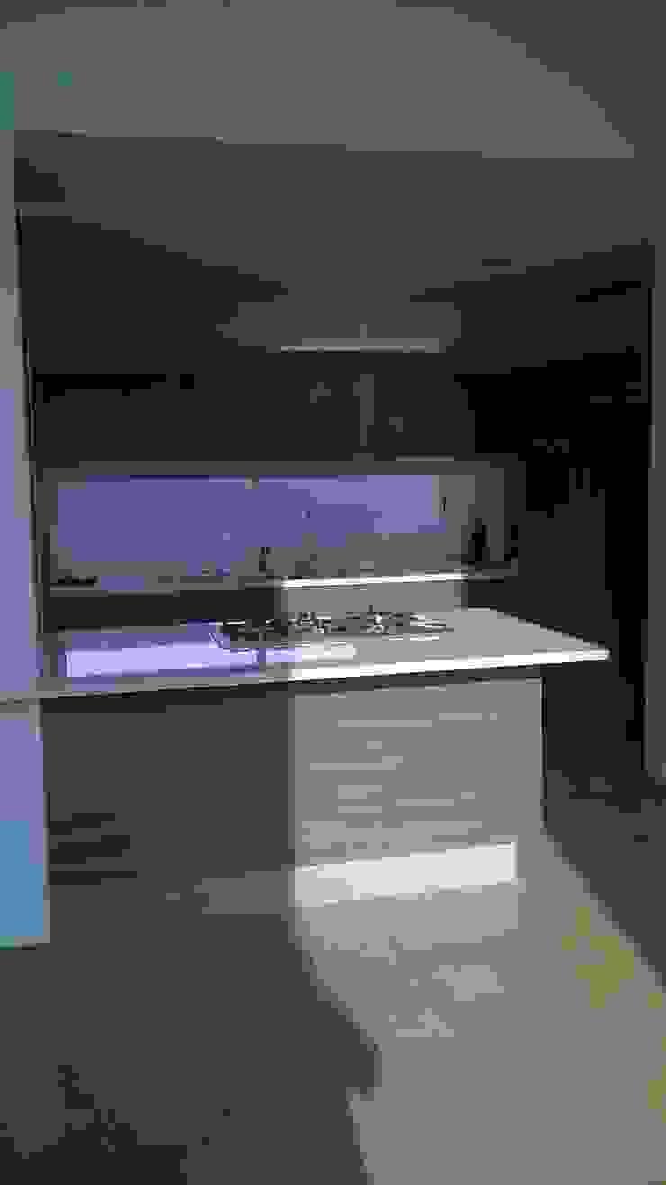 Cocina con cubierta de quarzo en tono blanco ártico de k4bim Moderno Piedra