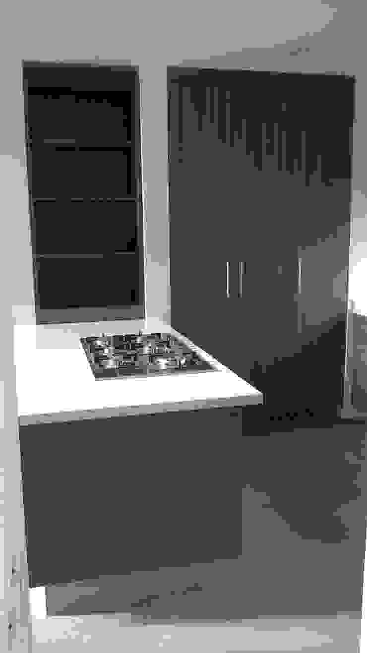 Cocina con cubierta de quarzo en tono blanco ártico de k4bim Moderno Cuarzo