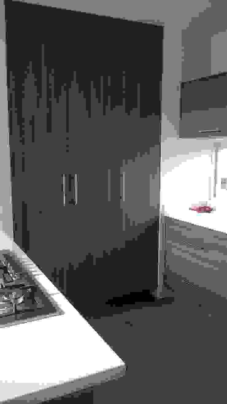 Cocina con cubierta de quarzo en tono blanco ártico de k4bim Moderno Cobre/Bronce/Latón