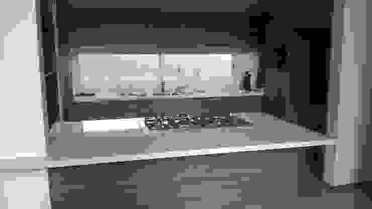 Cocina con cubierta de quarzo en tono blanco ártico de k4bim Moderno
