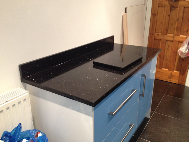 Silestone Stellar Negro Quartz Cocinas de estilo moderno de Marbles Ltd Moderno