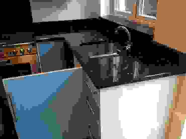 Silestone Stellar Negro Quartz Modern kitchen by Marbles Ltd Modern