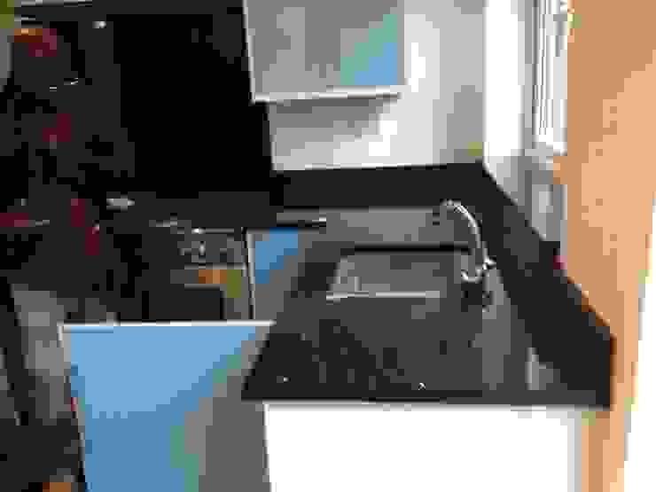 Silestone Stellar Negro Cocinas de estilo moderno de Marbles Ltd Moderno