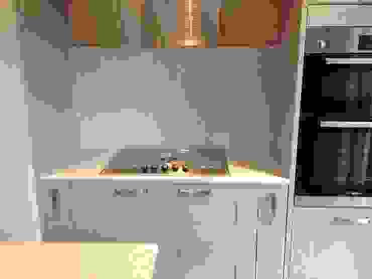 SIlestone Stellar Blanco Quartz Cocinas de estilo clásico de Marbles Ltd Clásico