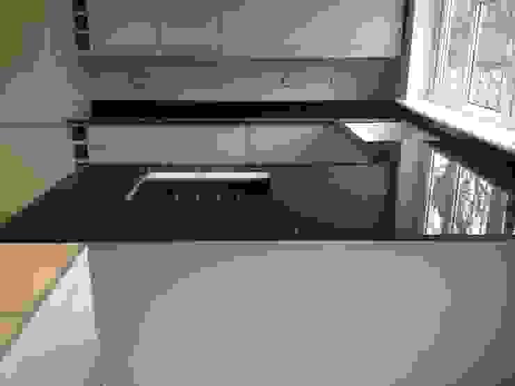 Polished Absolute Black Granite Cocinas de estilo moderno de Marbles Ltd Moderno