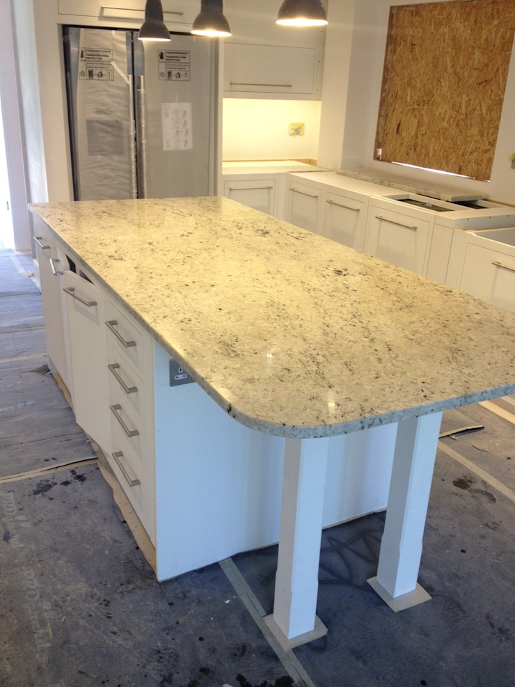Colonial White Granite Cocinas de estilo moderno de Marbles Ltd Moderno
