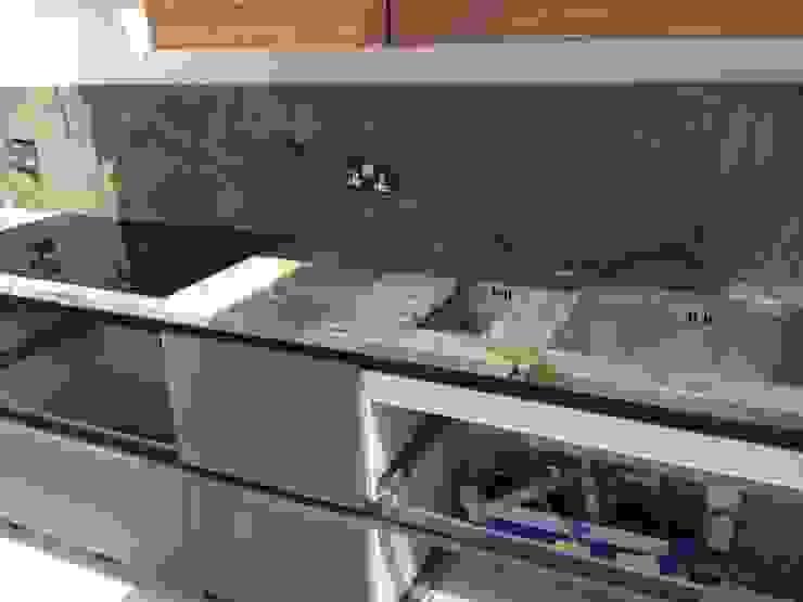 Tartaruga (Turtle Green) Quartzite Cocinas de estilo moderno de Marbles Ltd Moderno