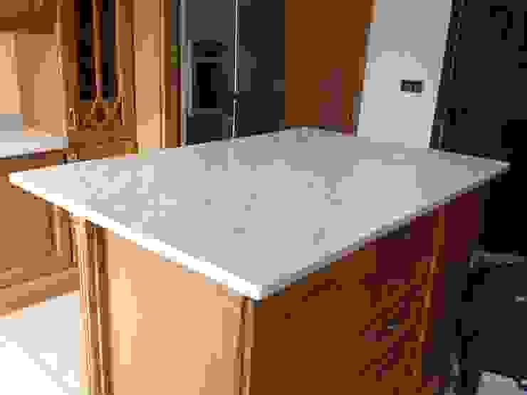 Honed Carrara Marble Cocinas de estilo clásico de Marbles Ltd Clásico