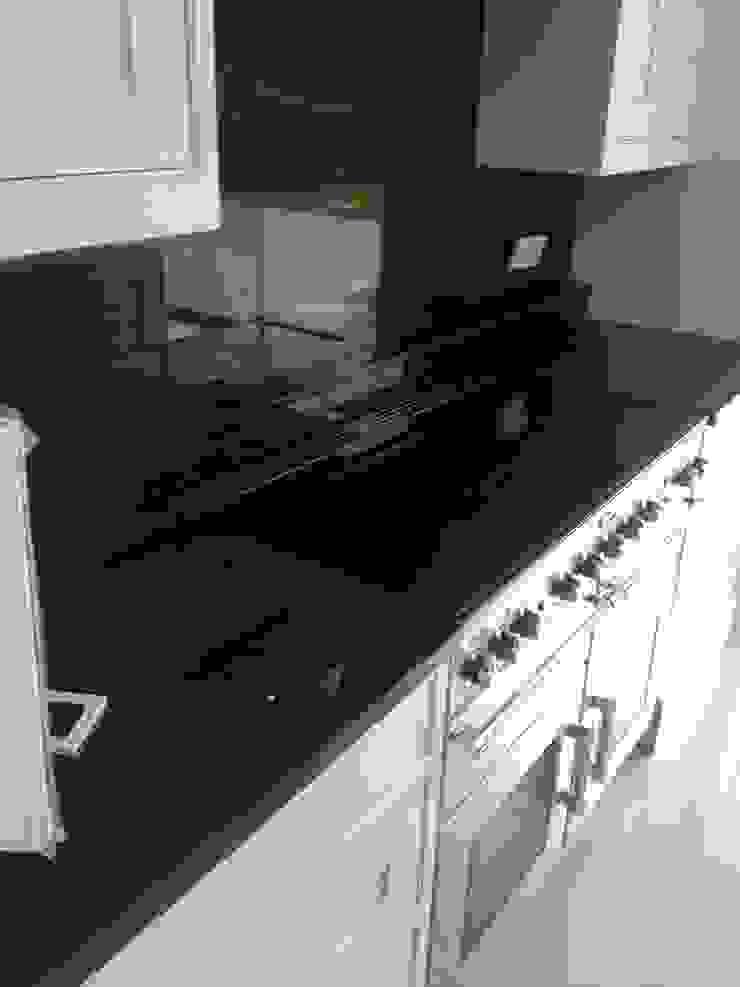 Samsung Diamond White Quartz & Polished Absolute Black Granite Modern kitchen by Marbles Ltd Modern