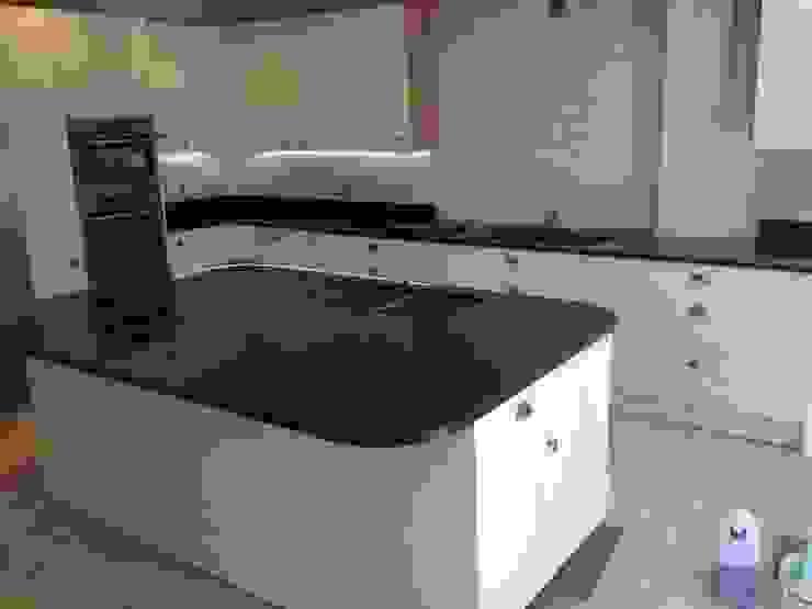 Polished Absolute Black Granite Cocinas de estilo clásico de Marbles Ltd Clásico