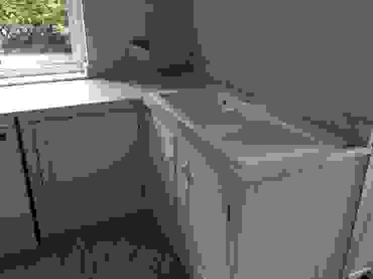Honed Carrara Marble Cocinas de estilo rural de Marbles Ltd Rural