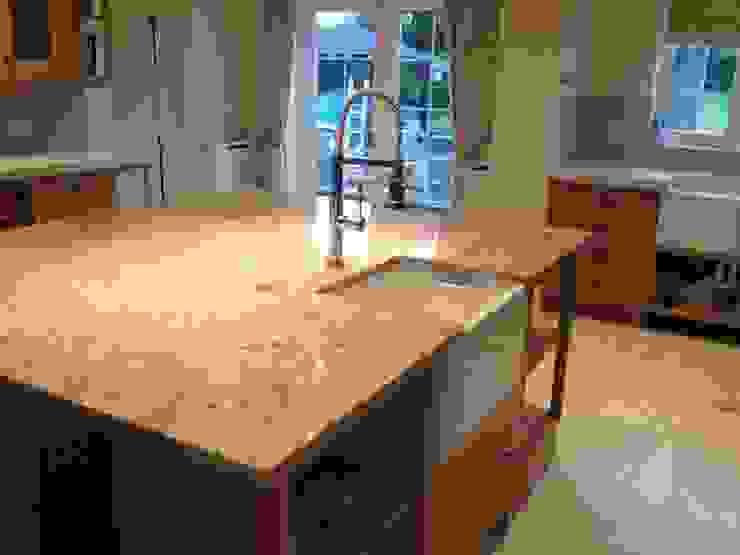 Shivakashi (Ivory Brown) Granite & SIlestone Daria Quartz Overlay Cocinas de estilo clásico de Marbles Ltd Clásico