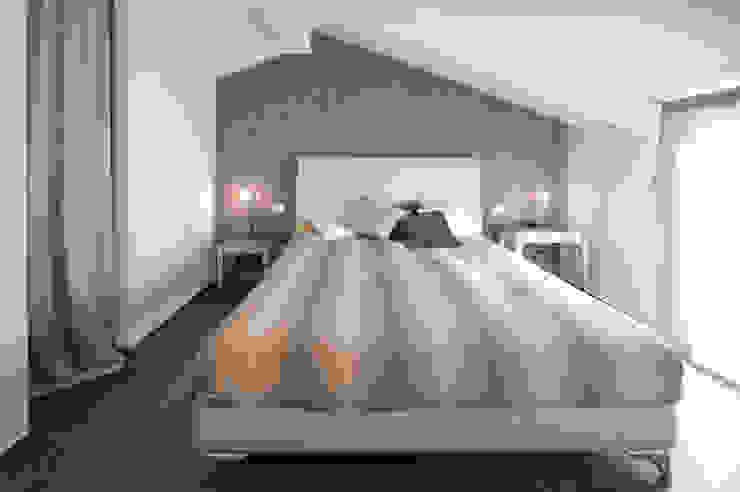 camera padronale Camera da letto moderna di bilune studio Moderno