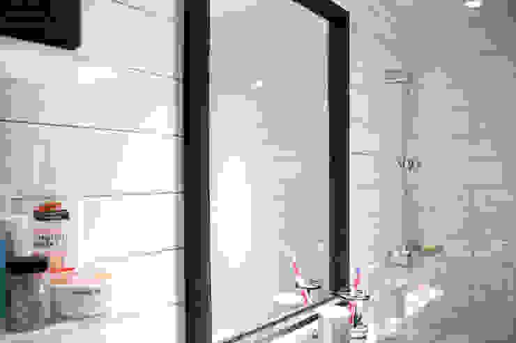 Baños de estilo moderno de 위드디자인 Moderno