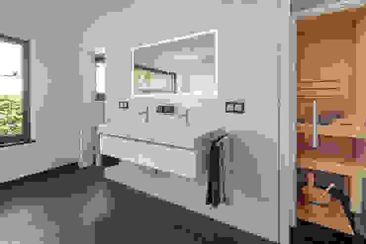 Ванная комната в стиле модерн от Lopez-Fotodesign Модерн