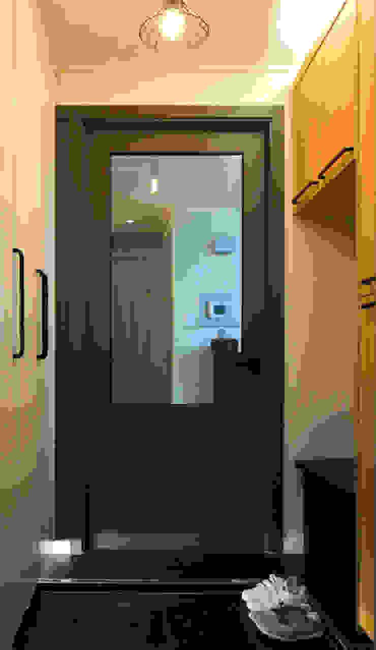 Pasillos, vestíbulos y escaleras de estilo moderno de 위드디자인 Moderno