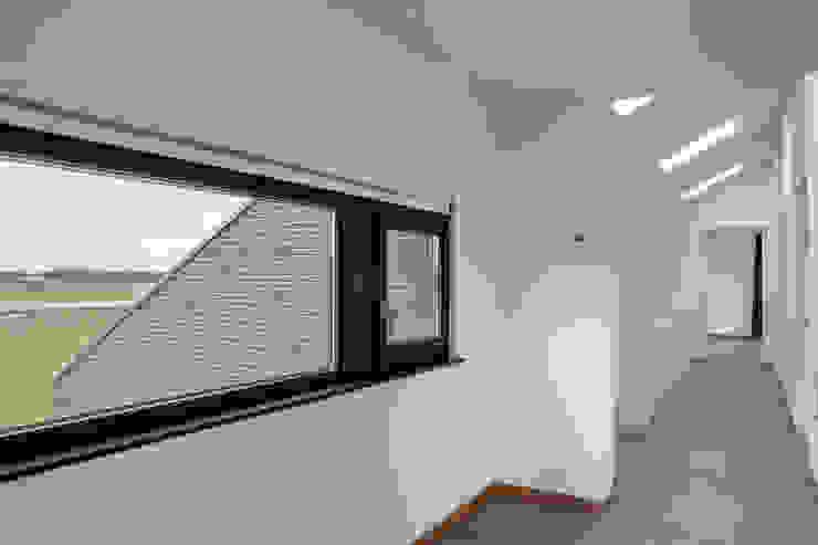 Overloop Moderne gangen, hallen & trappenhuizen van BenW architecten Modern