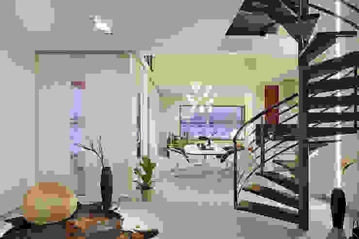 Lopez-Fotodesign Pasillos, vestíbulos y escaleras de estilo moderno Blanco
