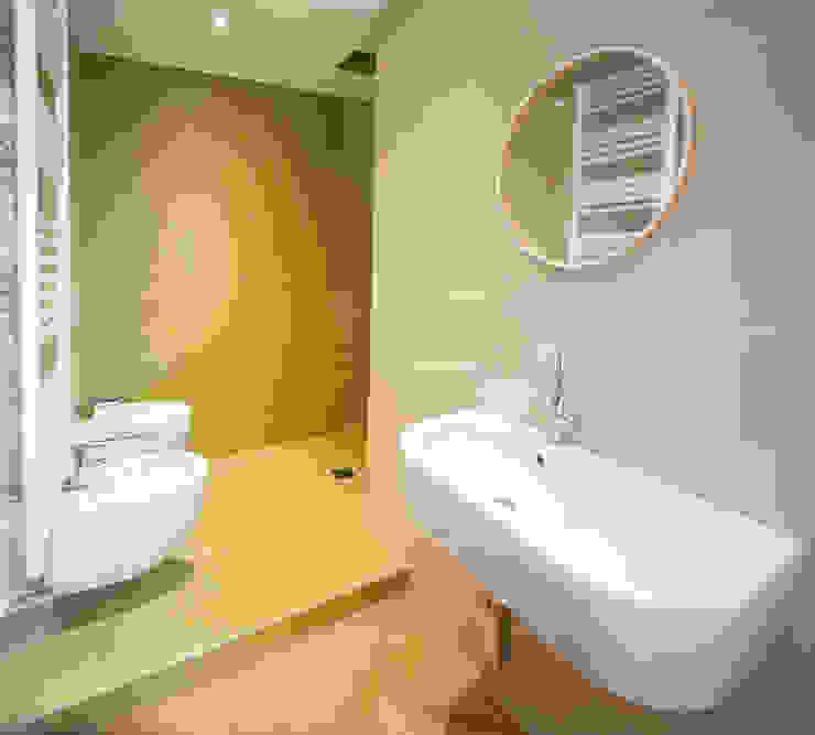 Minimalist style bathrooms by OKS ARCHITETTI Minimalist