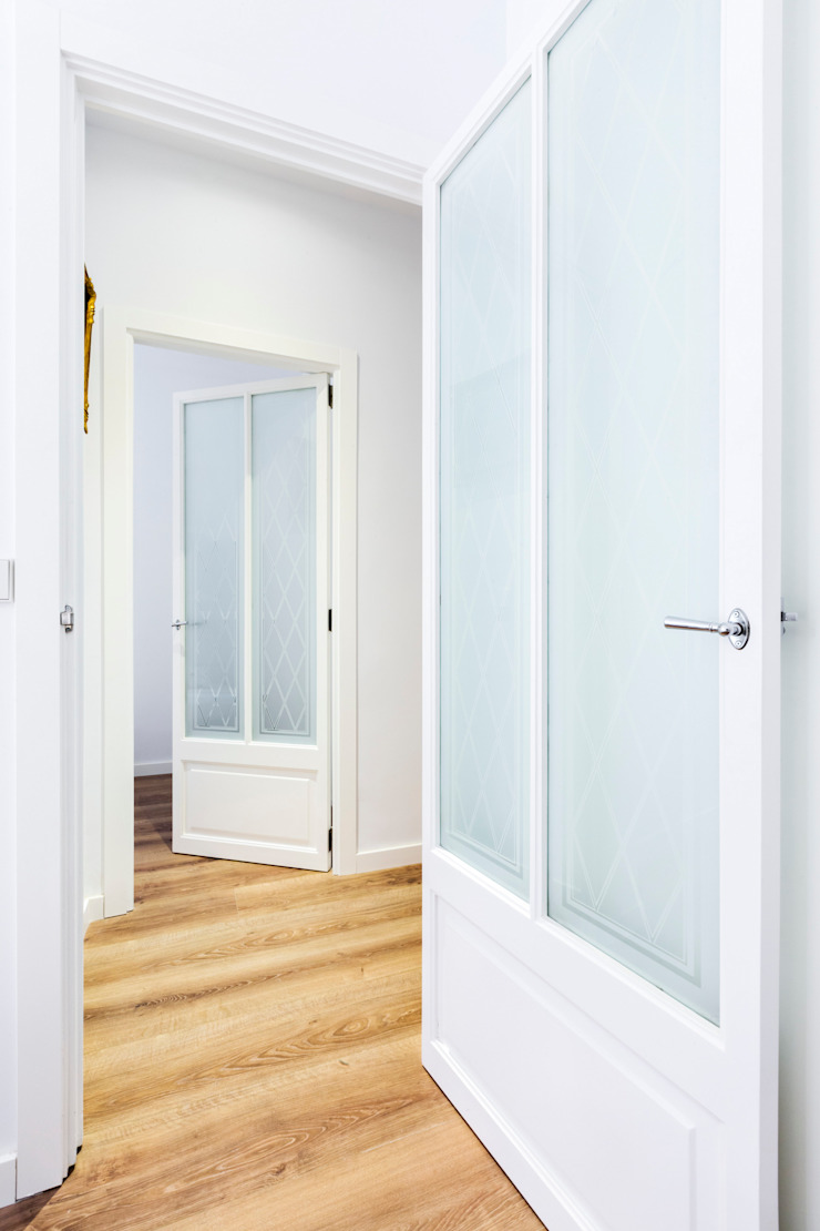 現代風玄關、走廊與階梯 根據 ISLABAU constructora 現代風