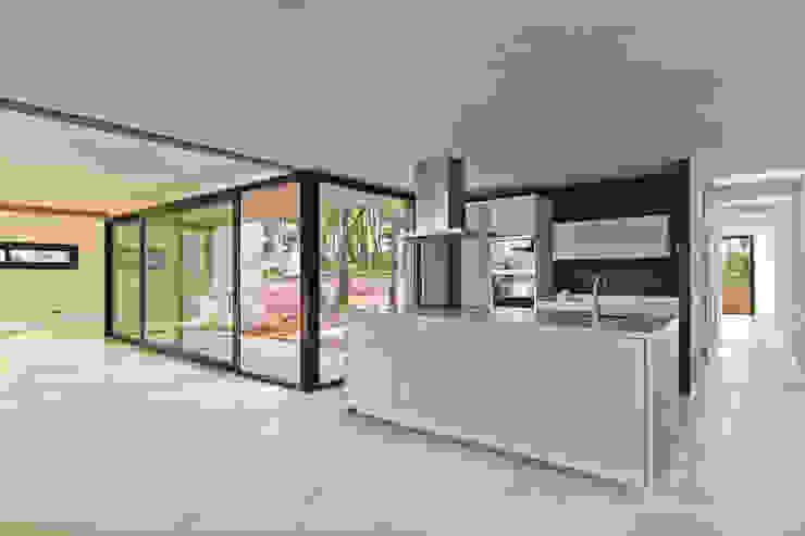 Vista general de la cocina Cocinas minimalistas de Comas-Pont Arquitectes slp Minimalista