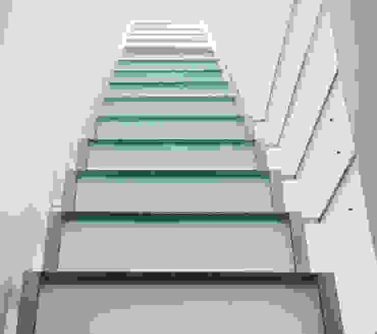 Penthouse HT Palma Pasillos, vestíbulos y escaleras de estilo minimalista de ISLABAU constructora Minimalista