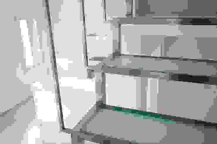 Pasillos, vestíbulos y escaleras de estilo minimalista de ISLABAU constructora Minimalista