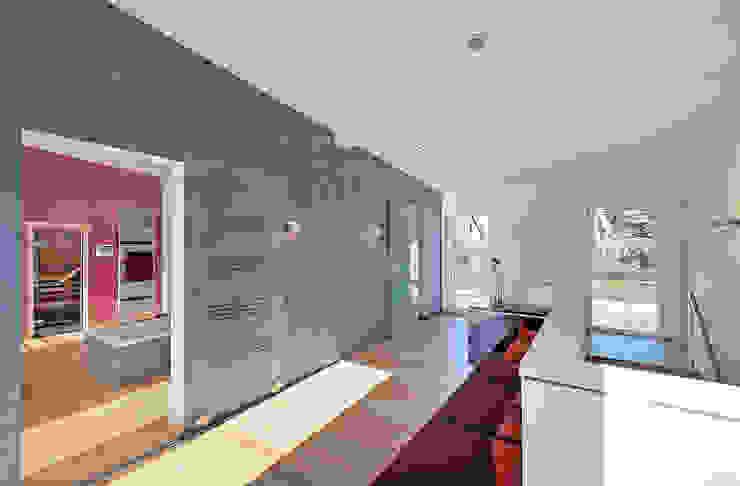LUXHAUS Musterhaus Georgensgmünd Moderner Flur, Diele & Treppenhaus von Lopez-Fotodesign Modern