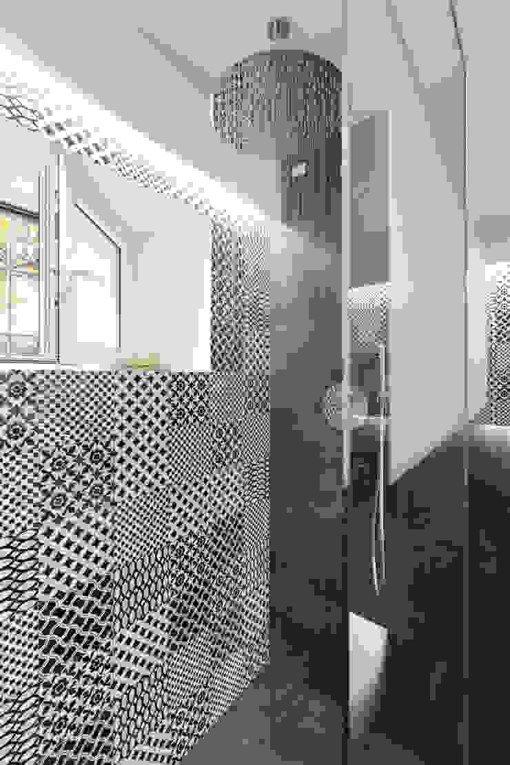 Baños de estilo moderno de B+P architetti Moderno