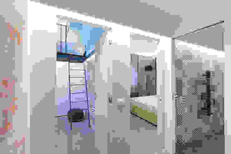 Pasillos, vestíbulos y escaleras modernos de B+P architetti Moderno