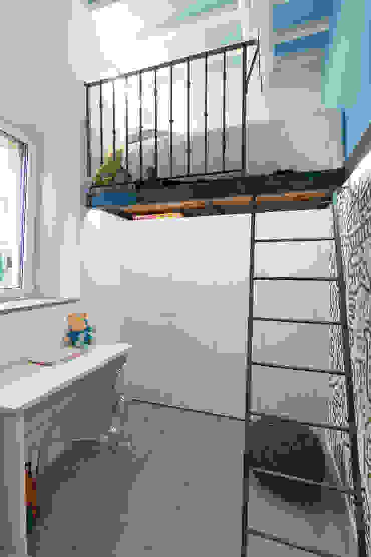 Dormitorios de estilo moderno de B+P architetti Moderno