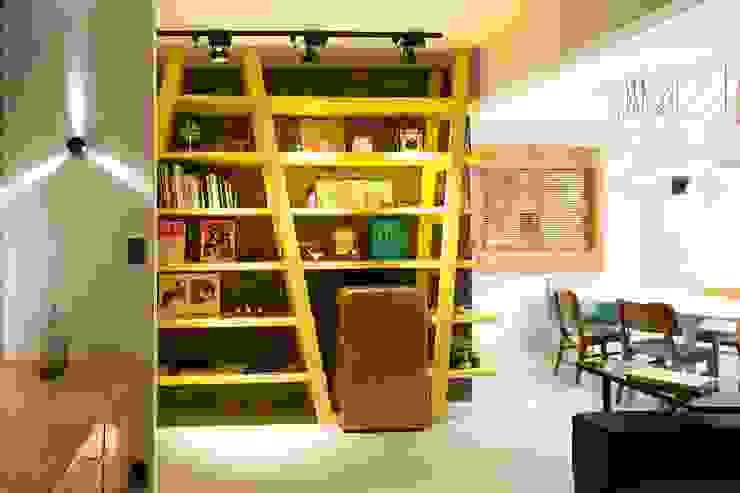 RESIDÊNCIA VENDRAMIN Salas de estar industriais por felipe torelli arquitetura e design Industrial Madeira Efeito de madeira