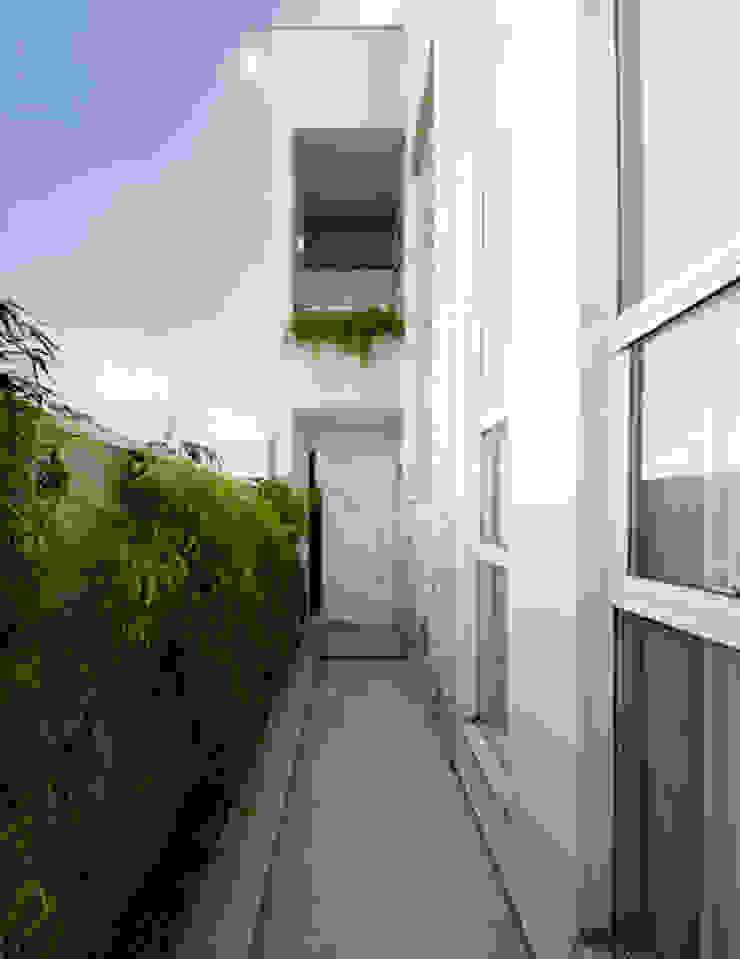 Lote estreito casa espaçosa. Corredores, halls e escadas modernos por Magno Moreira Arquitetura Moderno