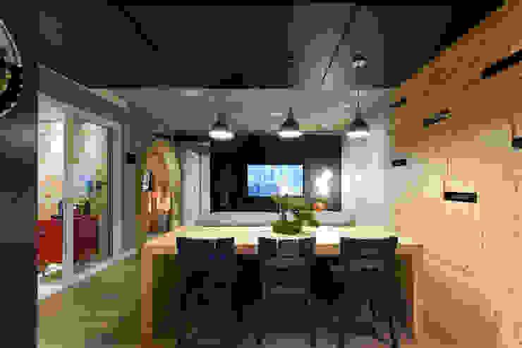 RESIDÊNCIA STEVAN Salas de estar modernas por felipe torelli arquitetura e design Moderno Madeira maciça Multi colorido