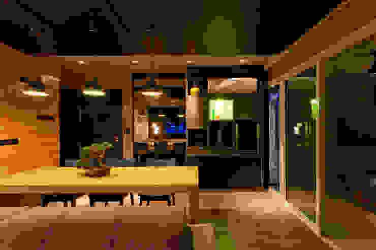 RESIDÊNCIA STEVAN Salas de estar modernas por felipe torelli arquitetura e design Moderno Madeira Efeito de madeira