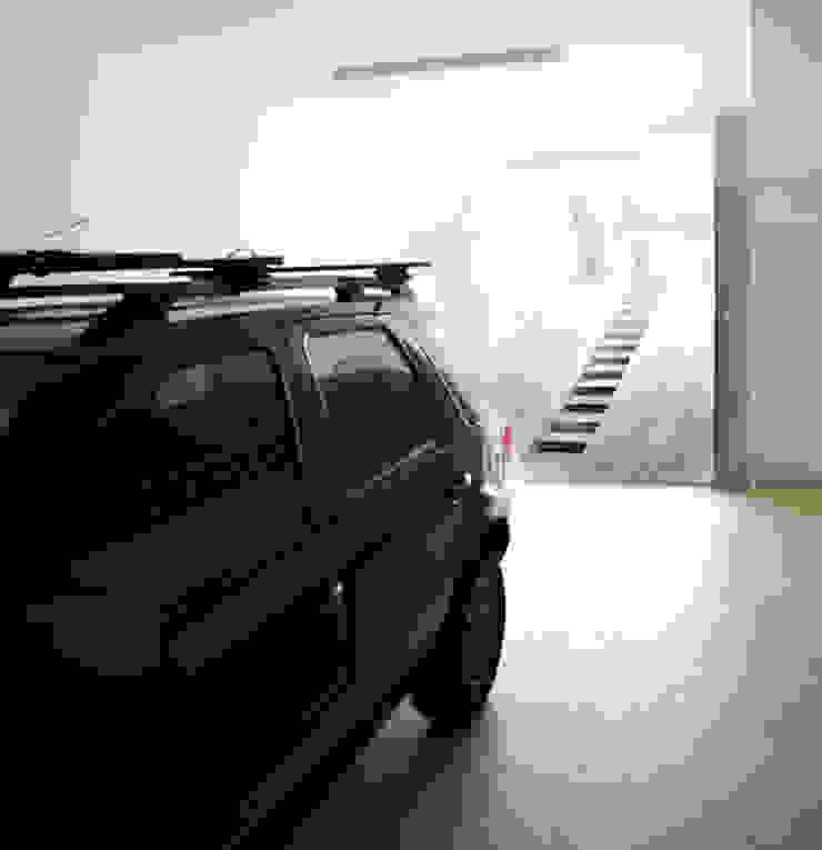 Lote estreito casa espaçosa. Garagens e edículas modernas por Magno Moreira Arquitetura Moderno