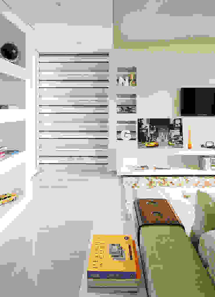 Lote estreito casa espaçosa. Salas de estar modernas por Magno Moreira Arquitetura Moderno