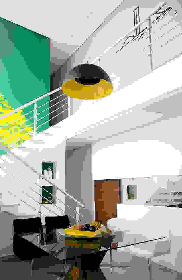 Lote estreito casa espaçosa. Salas de jantar modernas por Magno Moreira Arquitetura Moderno