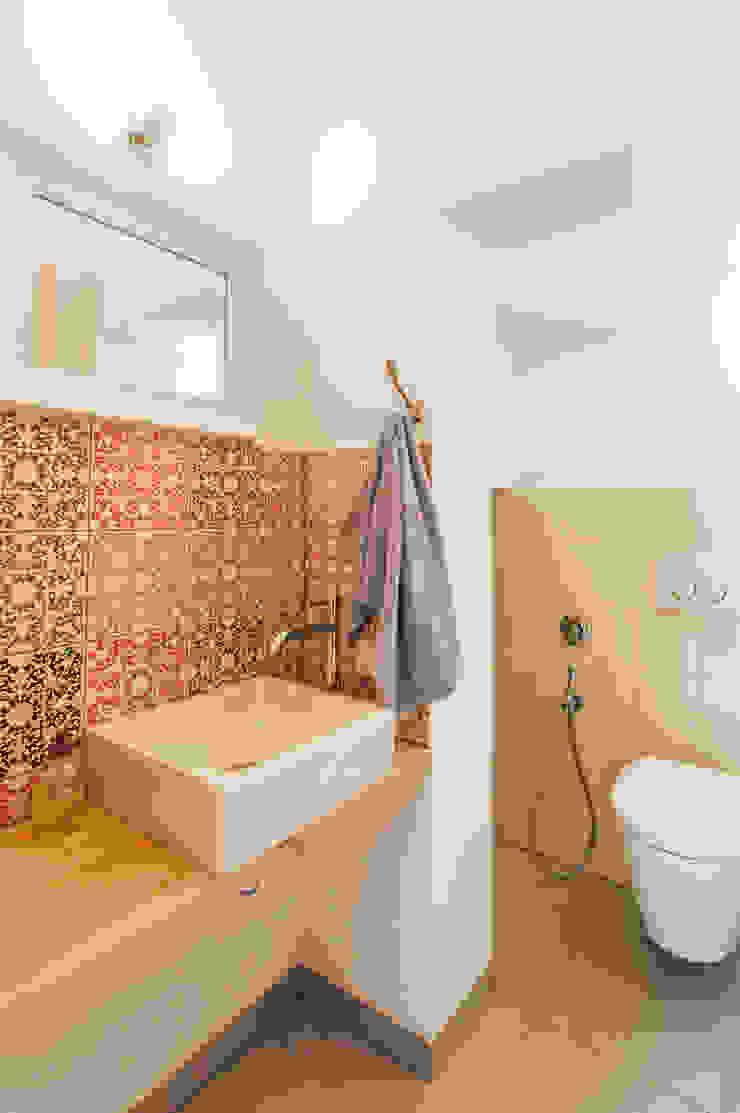 地中海スタイルの お風呂・バスルーム の goodnova godiniaux 地中海