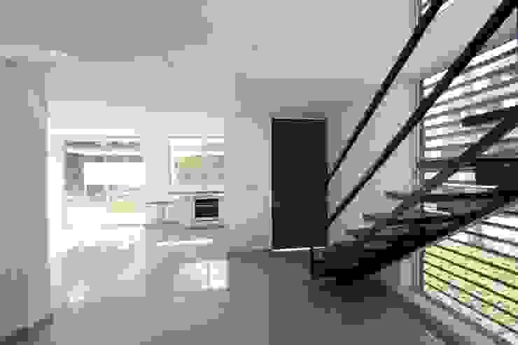 Escalera Alzatto Arquitectos Pasillos, vestíbulos y escaleras modernos