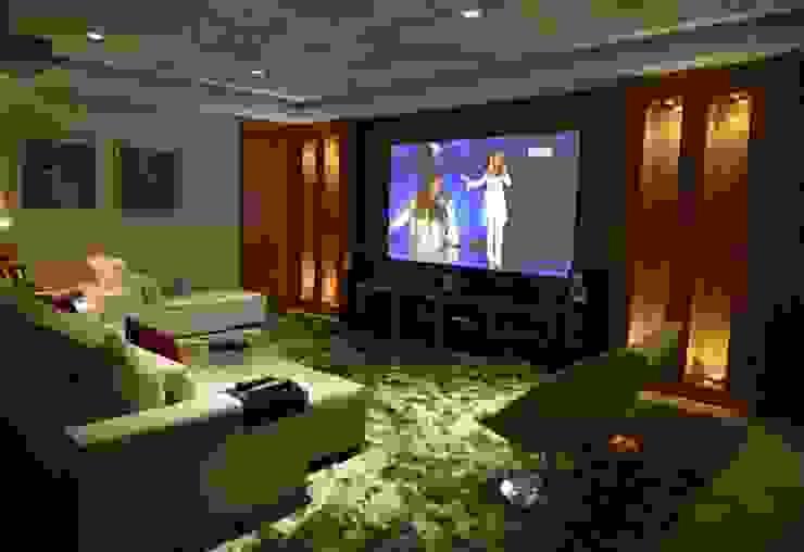 غرفة الميديا تنفيذ Belisa Corral - Arquitetura & Interiores