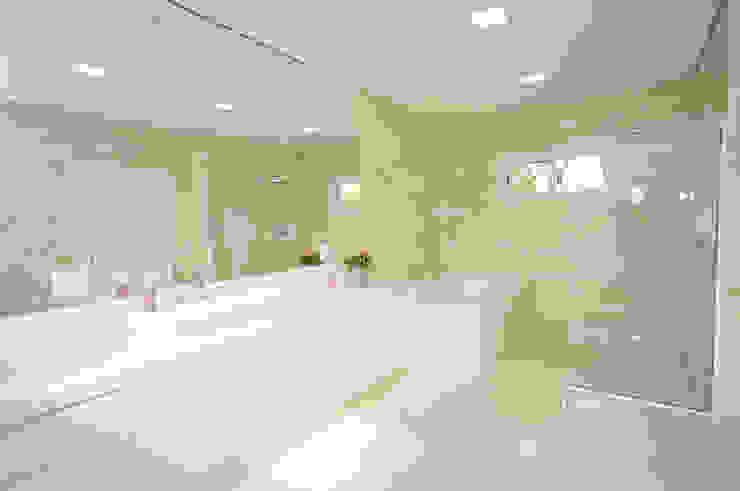 Minimalist style bathroom by Belisa Corral - Arquitetura & Interiores Minimalist