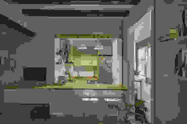 Vista de la barra y la cocina de mobla manufactured architecture scp