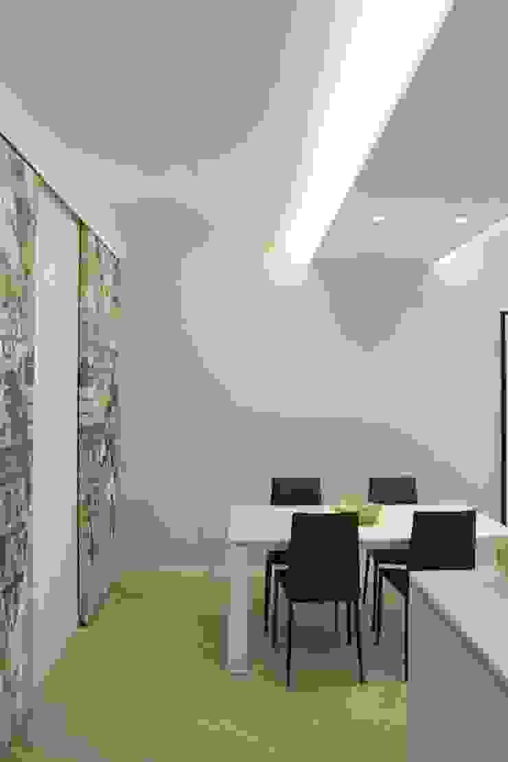 Modern dining room by LTAB/LAB STUDIO Modern